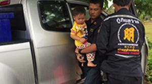 ช่วยเด็กน้อย 3 ขวบ ติดรถ หลังแม่สตาร์ทรถพาลูกหลบฝน ( 10 ม.ค.2561 )